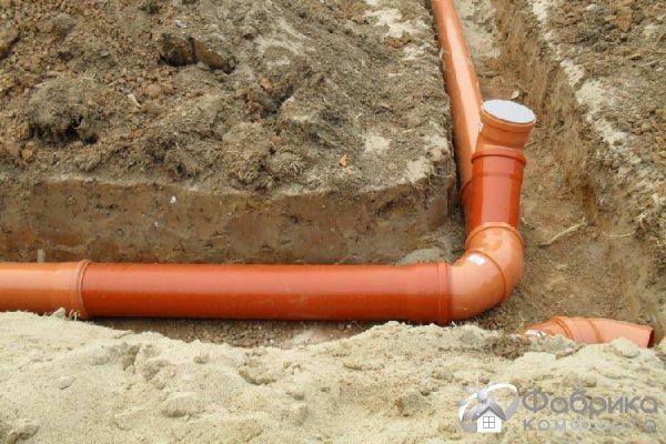 Как проложить трубу в канализационную яму?